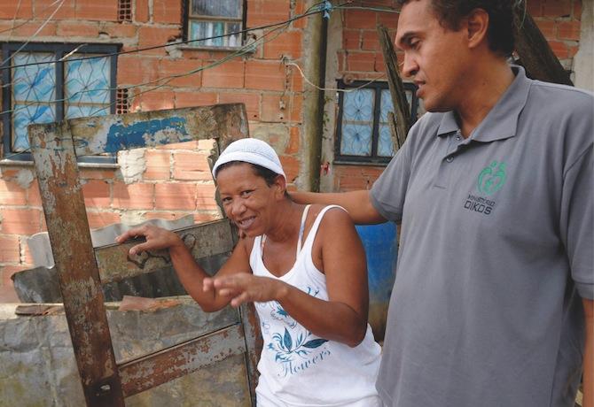 Vera, som tack vare projektets hjälp fick sin våldsamme och alkoholiserade man portförbjuden, här tillsammans med Marcelo.