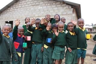 Ett gäng glada elever vid skolan.
