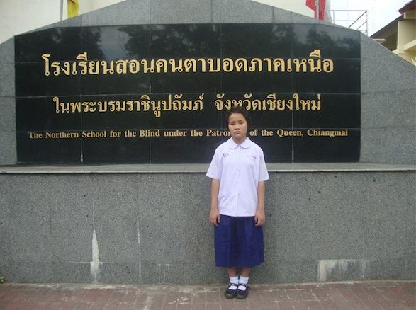 Ponpana utanför sin skola.