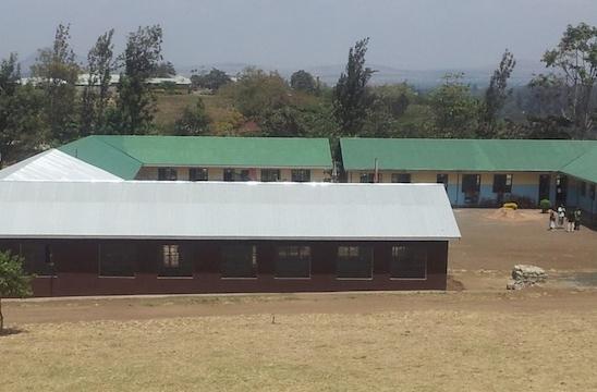 Delen med det vita taket är den nybyggda administrationsbyggnaden. Den övriga delen är lågstadiets lokaler.