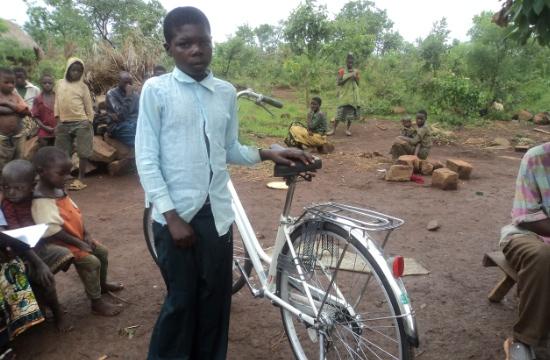 Mashaka Shadrak med sin nya cykel. Nu kan han ta sig till skolan trots sitt höftfel.