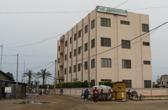 Hälsocenter Agla ligger i ett fattigt område med många slitna hus runtom.