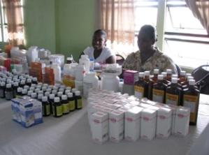Farmaceutvolontärer under en hälsodag i Albouystown där kunderna  kunde hämta ut receptmedicin gratis.