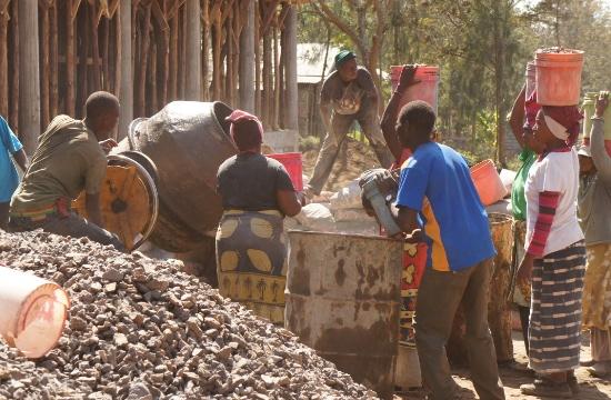 Många har fått arbete som okvalificerad arbetskraft för de delar av bygget där proffessionell kunskap inte behövs.