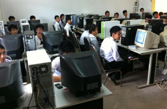 En klass elever på IT utbildningen får undervisning i datasalen.