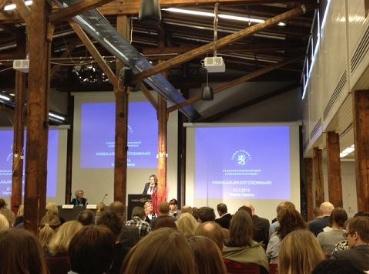 Utvecklingsminister Heidi Hautala håller det inledande anförandet i seminariet.
