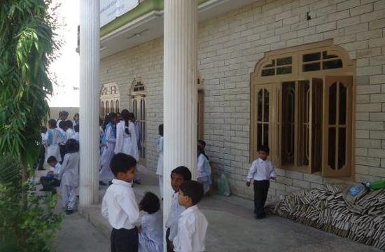Elever utanför den nya skolbyggnaden som skolan har kunnat flytta in i tack vare insamlingen.