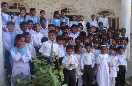En grupp skolelever på Lamp Lamp skolan i Pakistan.