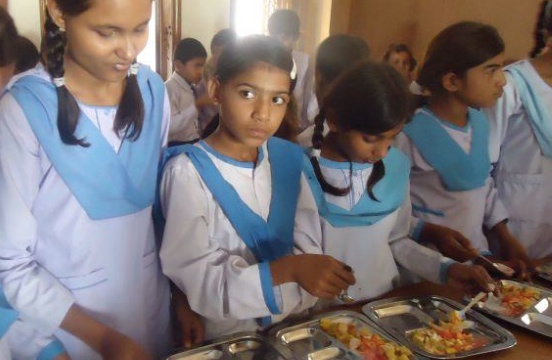 Eleverna äter lunch på skolan varje dag.