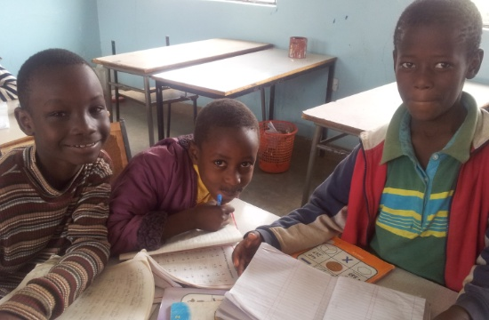 Tre av lågstadiebarnen som går i skola på samma tomt som högstadieskolan byggs.
