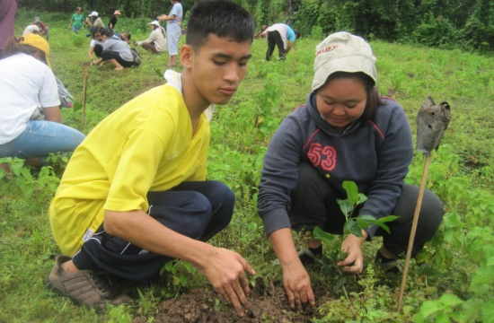 Taptai och de andra deltagarna i det skolförberedande programmet vid CDPD lär sig att plantera träd som en aktivitet för att bekanta sig med olika arbeten och yrken.