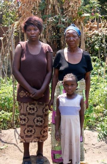 En familj som fått hjälp via projektet i Zambia. Familjen leds av barnens farmorn (t.h) som tar hand om dem. (Personerna på bilden är inte de samma som beskrivs i artikeln.)