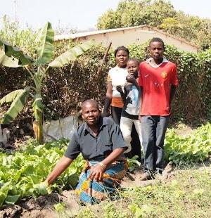 """Ett """"grandma-headed"""" hushåll i Zambia. Personerna på bilden är inte samma som beskrivs i artikeln."""