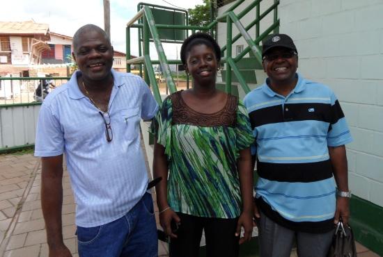 Iwan Oron, ledare för Full Gospel Fellowship i Surinam, tillsammans med projektkoordinator Alisha Rahaman och tidigare bokföringsansvarig Ruben Filemon.