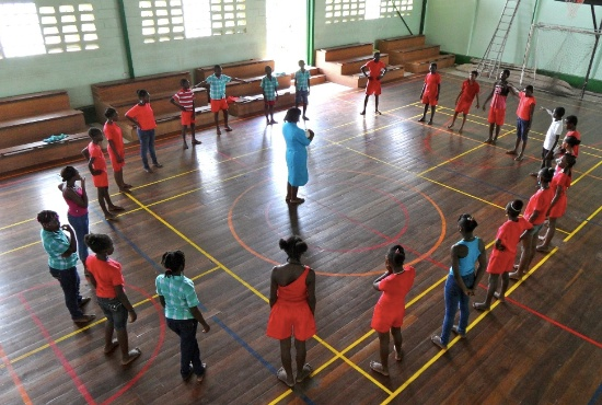 Sport- och gymnastikaktiviteter ordnas för både yngre och äldre vid allaktivitetscentret i Surinam.