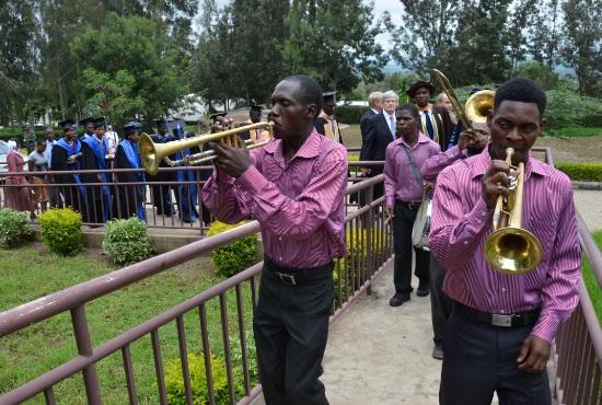 Ett brass-band ledde marchen upp mot den nya klassrumsbyggnaden.