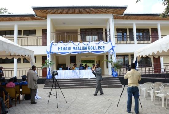 Invigningen och examen firades på trappan till den nya klassrumsbyggnaden.