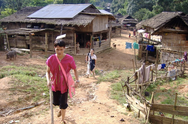 När blinde Somchay kommer på besök till sin hemby förundras människorna i byn över hur bra han klarar sig själv.