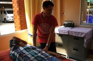 Somchay arbetar som massör och kan tack vare inkomsterna försörja sig själv och bidra till familjens försörjning.
