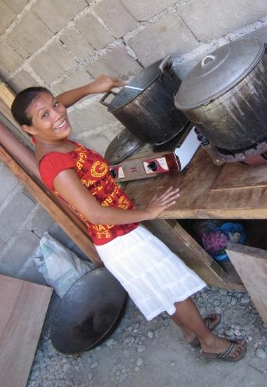 24-åriga tvåbarnsmamman Roselynn Messias hjälper till med matlagningen vid förskolan i Merida.