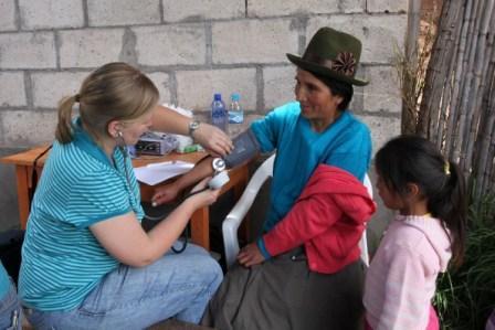 En kvinna får sitt blodtryck kontrollerat under en medicinsk kampanj som gjordes i byn Huerta Alta.