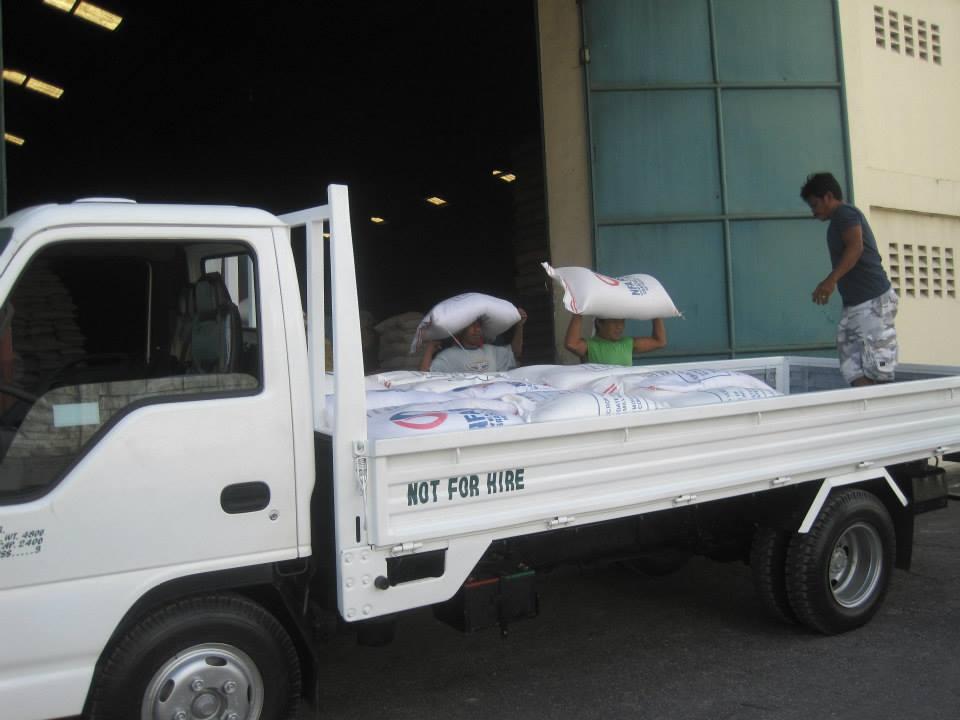 En truck lastades idag och körs till Leyte med tältdukar, 2,5 ton ris och andra förnödenheter. Foto: Andreas Pettersson