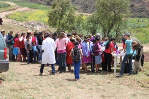 Ca 100 personer fick tillsyn av sjukhuspersonal under den medicinska kampanjen i Huerta alta.