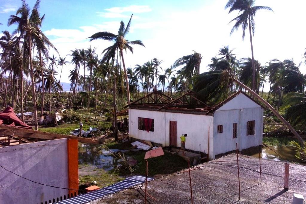 Nästa alla hus har fått taken avslitna. Här syns huset som volontärerna Hanna och Maria bodde i. Foto: Hanna Söderlund