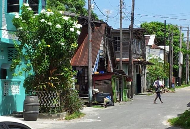 Det sociala centret i Albouystown ligger mitt i slummen.