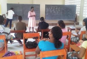 Vid socialcentret i Kwakwani får tonåringar lära sig att läsa och skriva. Foto: Bjarne Rönnqvist