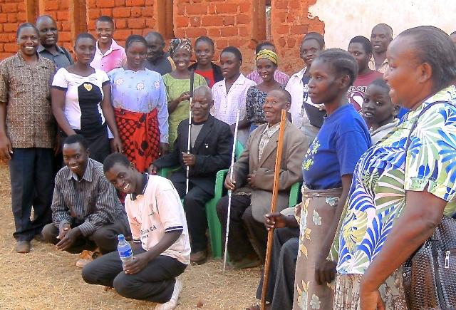 En grupp synskadade på seminarium.
