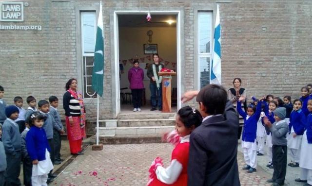 En ceremoni ordnades i samband med att Teemu Turunen, som installerade de nya solcellerna, besökte Lamb Lamp skolan.