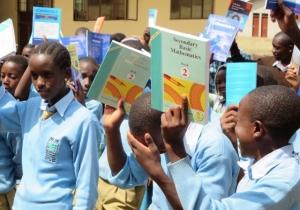 Eleverna visar upp de nya böckerna som skolan fått.