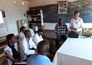 Pirjo går igenom sina iakttagelser och erfarenheter med en personalgrupp på hälsostationen i Bukeye. Foto: Kerstin Sivonen.