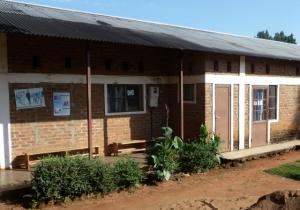 Hälsostationen där Pirjo gjorde sin expertinsats är inhyst i en gammal skolbyggnad. Foto: Kerstin Sivonen.