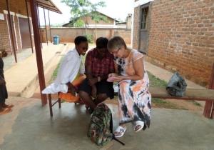 Pirjo förklarar efter arbetsdagens slut för två ivriga sjukskötare hur graviditetskalendern fungerar. Foto: Kerstin Sivonen.
