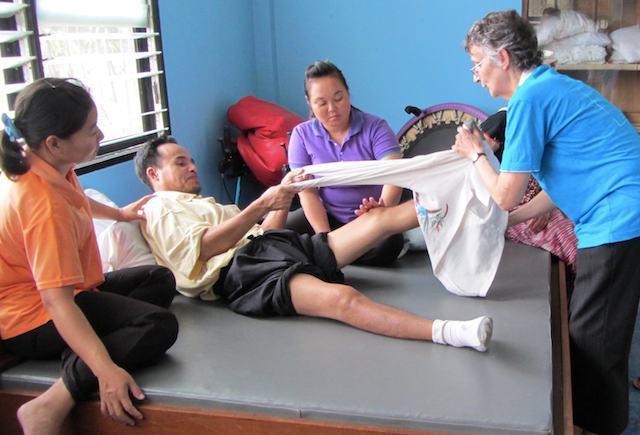 Chai lärde sig övningar att göra hemma för att träna upp sina förlamade ben.
