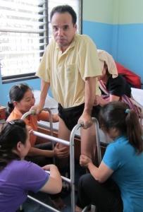 Efter ett tag kunde Chai börja röra på benen och gå med hjälp av en gåstol.