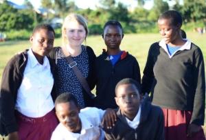 Edit Koskinen tillsammans med tanzaniska ungdomar.