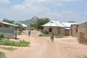 Swswa i Dodoma. De lottlösa är ofta ensamstående mammor med en hop barn, en del egna men ofta andras. Ofta bor de på nåder i ett hus, men kastas ut när ägaren får en hyresgäst som kan betala hyra.