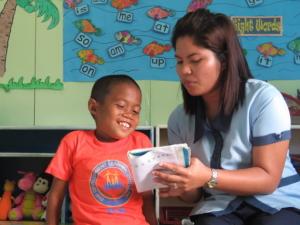 Alfredo Sampan är en av de många barn som blivit berörd av matutdelning och förskola inom ramen för FSPM:s projekt på Filippinerna. Alfredo var allvarligt undernärd och kunde inte gå eller prata.