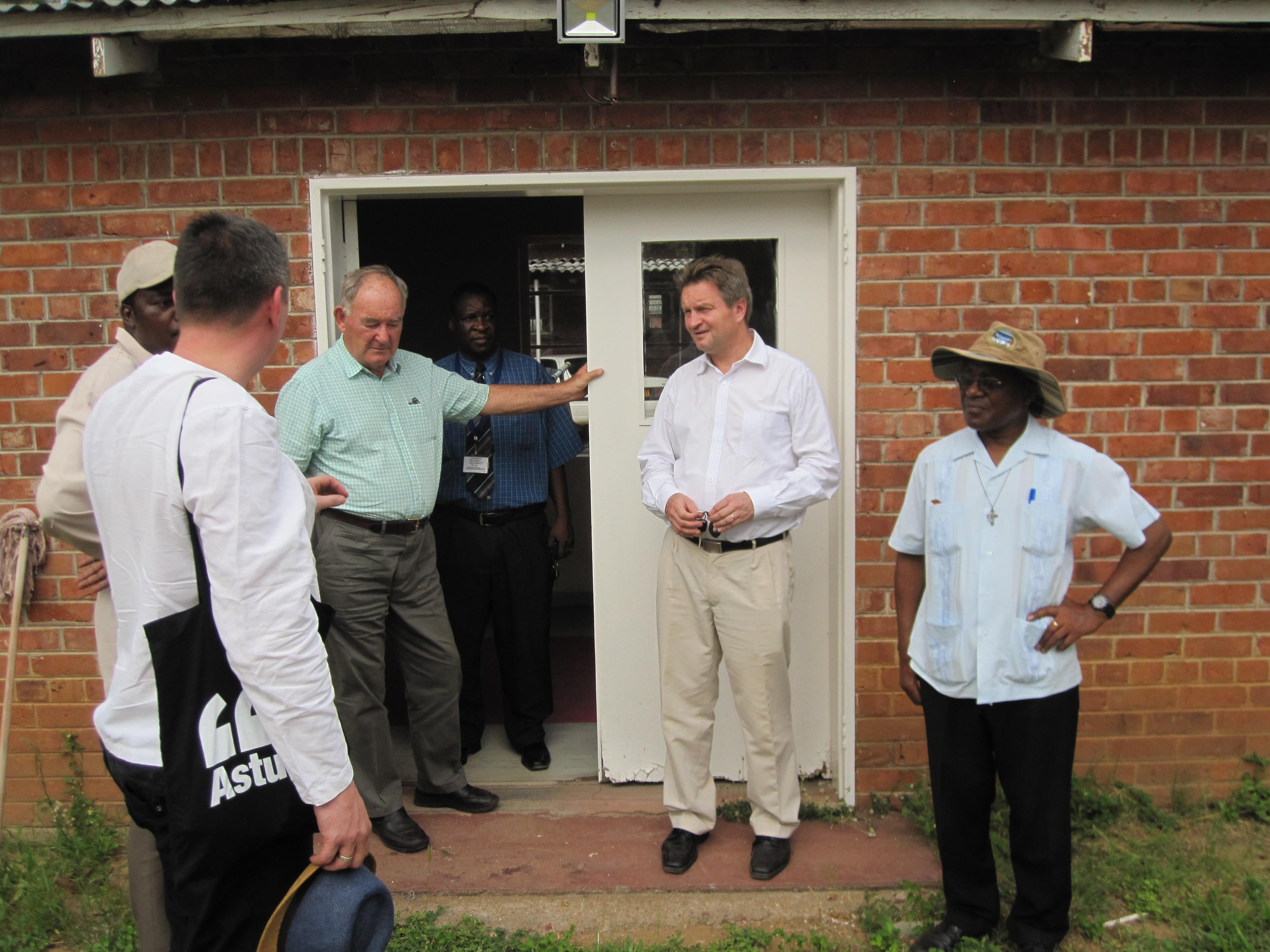 Celebert besök vid Hoppets Hem, Nyadire, Zimbabwe