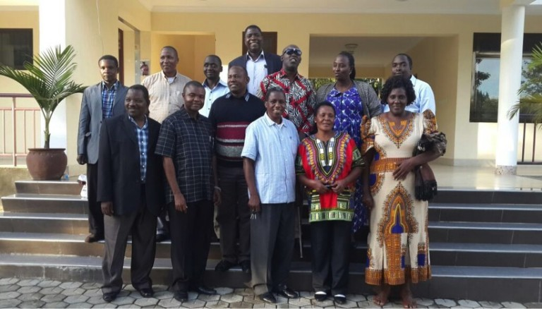 Experterna i panelen som utvecklat riktlinjerna för vuxenutbildningen som erbjuds av Tanzania Education Centre for the Blind (TCEB) genom Kibreli projektet.